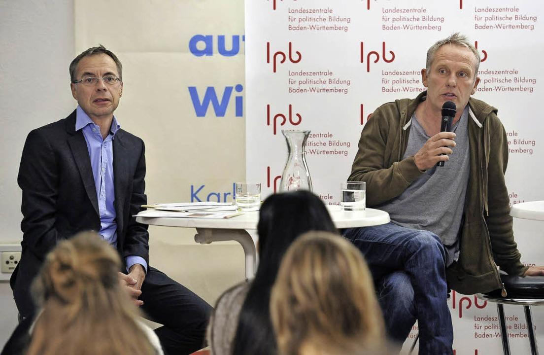 Christian Streich (rechts) und Michael...er von der LpB vor Freiburger Schülern  | Foto: thomas kunz