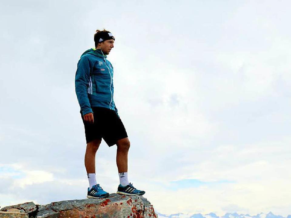 Über den Wolken: David Ketterer auf dem Gipfel der Serles  | Foto: Marius Buhl