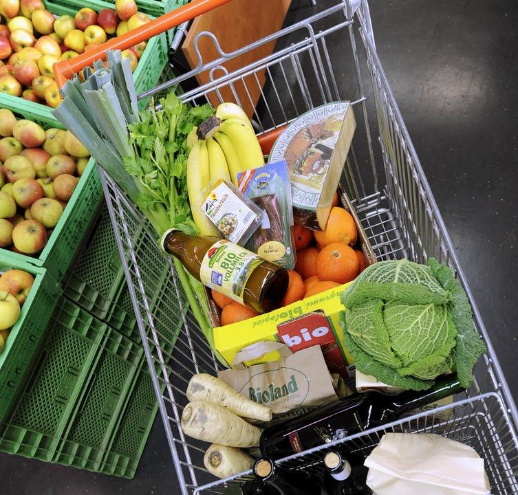 Einkaufen für Hilfsbedürftige ist eine...hen Tätigkeiten der Sages-Mitarbeiter.  | Foto: Ingo Schneider