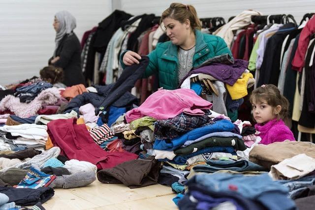 Die Kleiderkammer der Freiburger BEA ist gut gefüllt - was die Flüchtlinge jetzt trotzdem noch brauchen