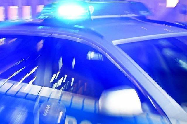 Frau schlägt bewaffneten Räuber mit Geschrei in die Flucht