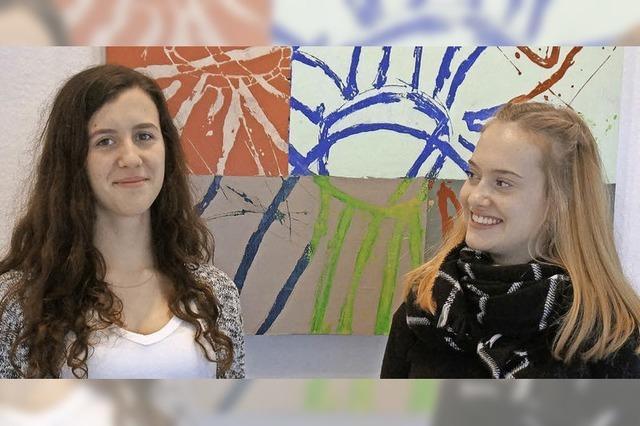 Schülerinnen führen durch Udo Becherers Ausstellung