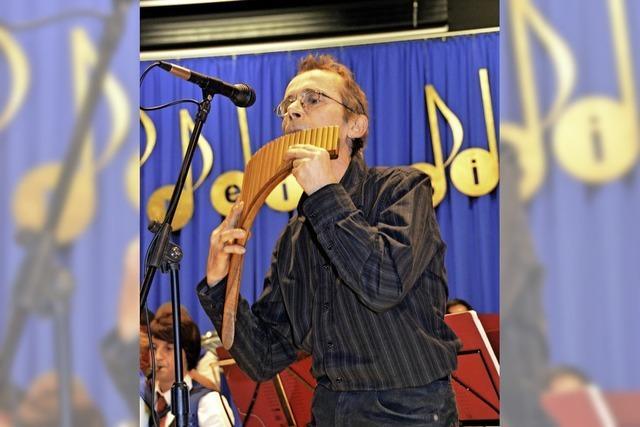 Frank Mehlin (Panflöte, Harfe und Alphorn) und Josh Bauer (Gitarre, Akkordeon und Obertongesang) in Dachsberg-Wittenschwand