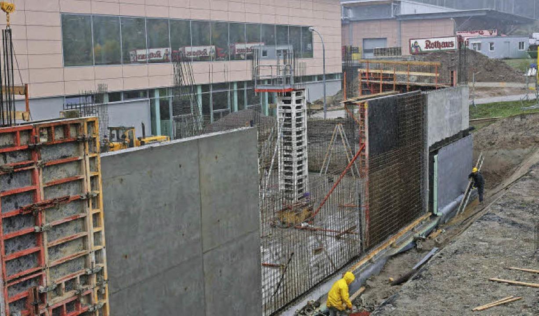 Im ersten Schritt wurde auf dem besteh...soll im Juni 2016 fertiggestellt sein.  | Foto: Wilfried Dieckmann