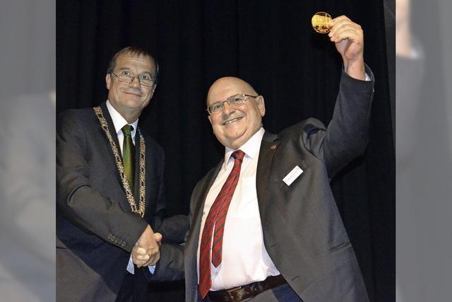 Stadt ehrt Alois Franke mit Gold