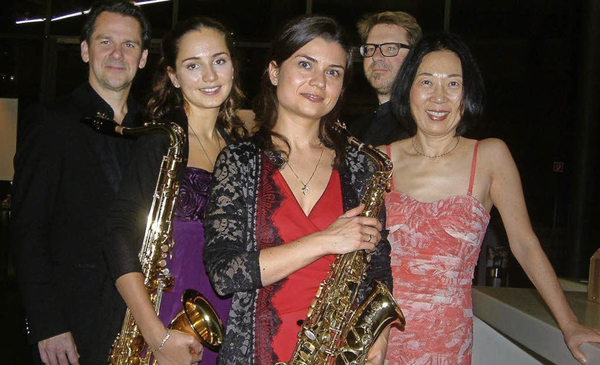 Vier Saxophonisten und eine Pianistin: das Alliage Quintett im Burghof   | Foto: Roswitha Frey