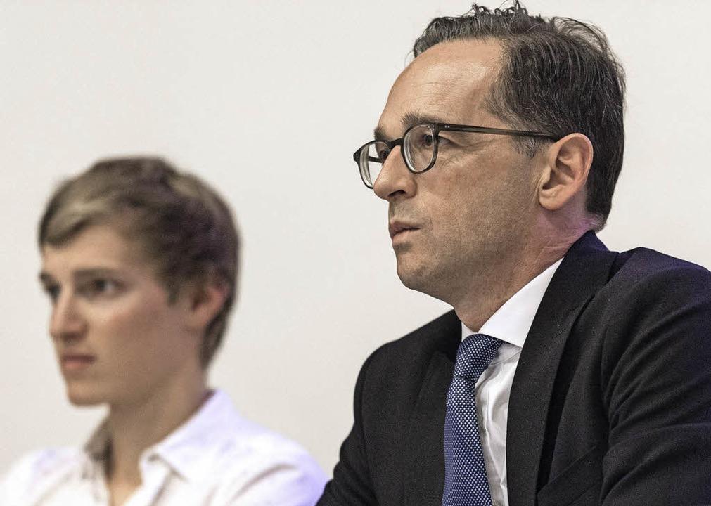 Bundesinnenminister Heiko Maas (rechts...iumsdiskussion zum Thema in Freiburg.   | Foto: pas