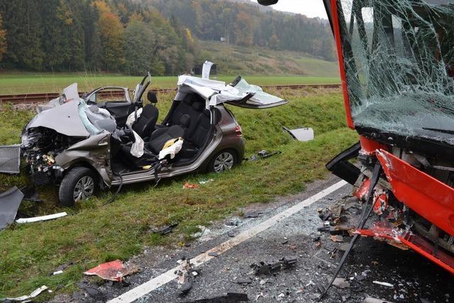 Auto kollidiert mit vollbesetztem Schulbus – zwei Verletzte