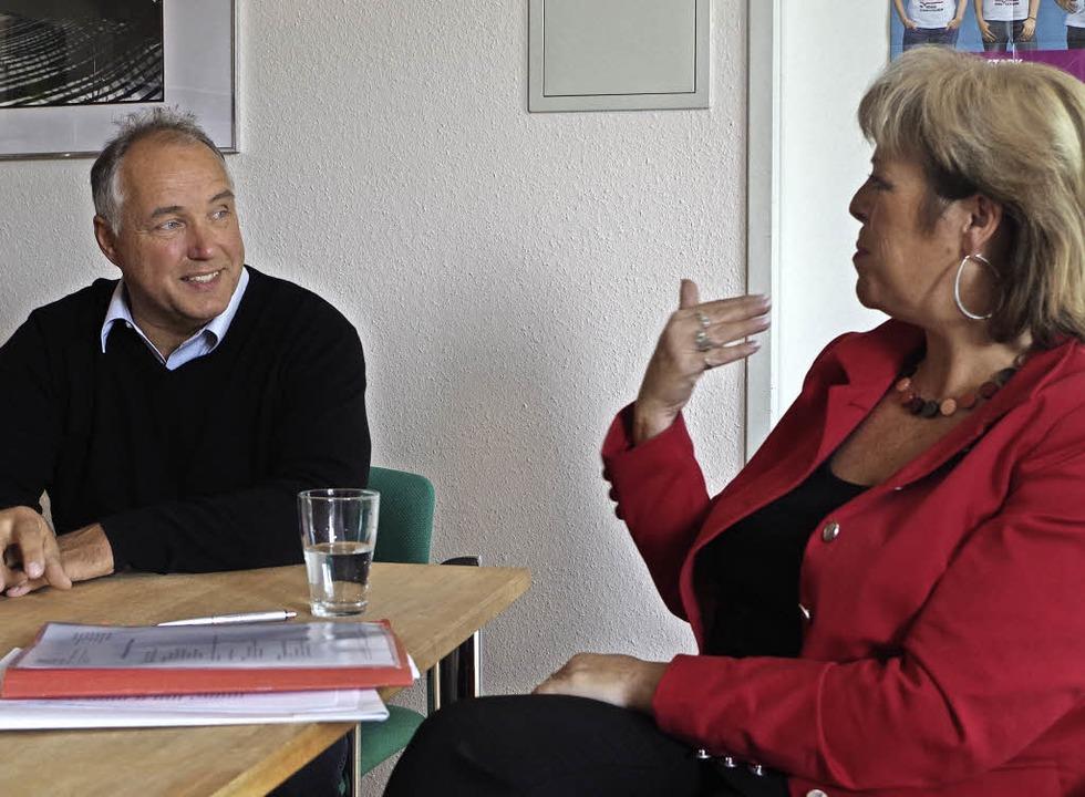 Sabine Wölfle und Schulleiter Thomas Kruse im Gespräch  | Foto: Katharina Bächle