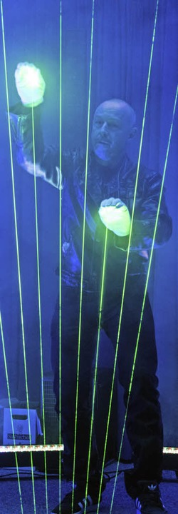 Künstler Michael Light spielt die Laserharfe.  | Foto: Patrick Seeger
