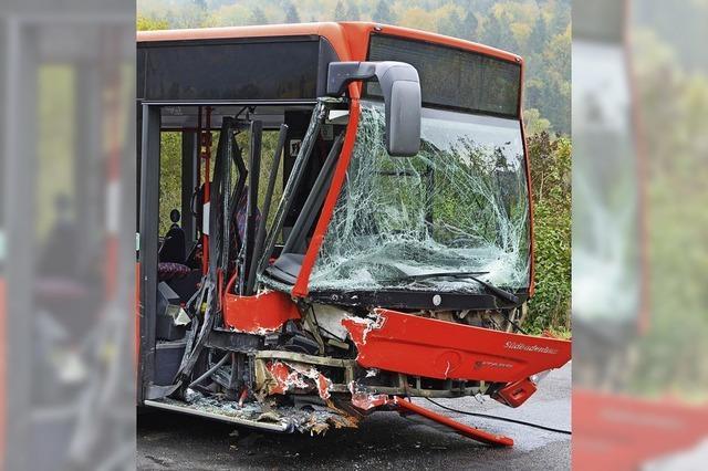Pkw kollidiert mit Schulbus
