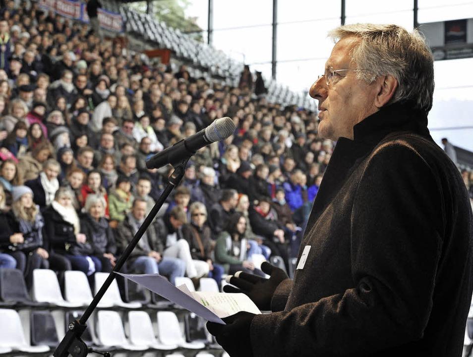 Rektor Hans-Jochen Schiewer begrüßt di...renden und ihre Eltern im SC-Stadion.   | Foto: Thomas Kunz