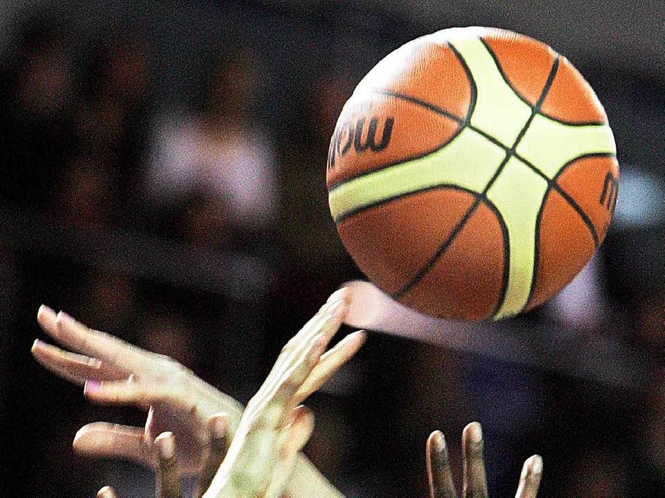 Die Eisvögel greifen zurzeit wenig erfolgreich nach dem Basketball.    Foto: AFP