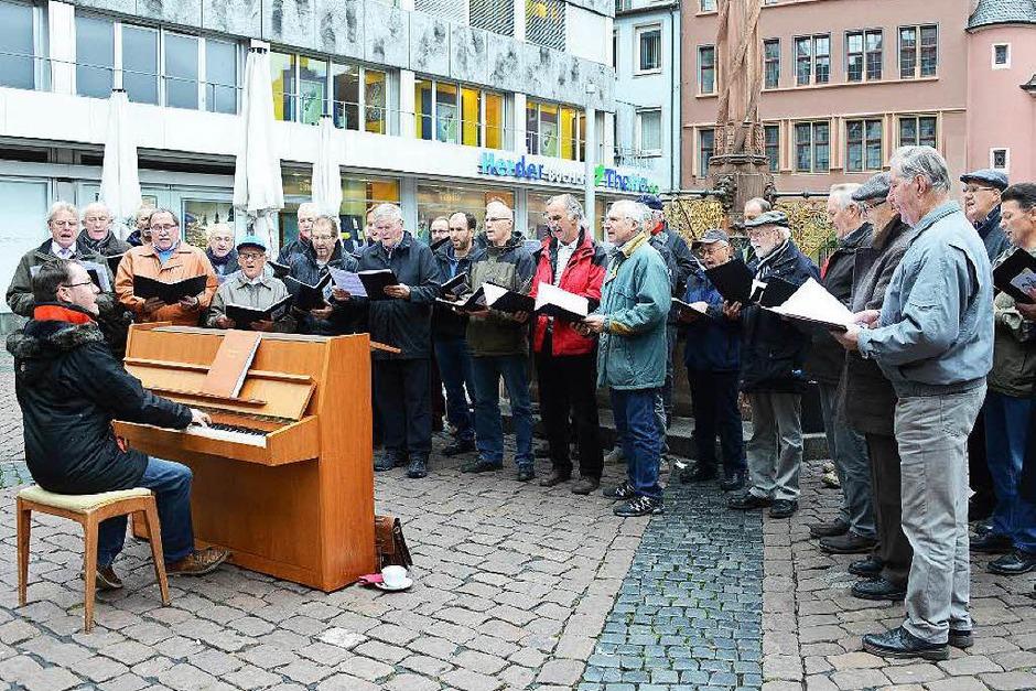 Florian Bischof am Klavier auf dem Kartoffelmarkt  hat mit Hans-Peter Hartung das Festival des Breisgauer  Sängerbunds organisiert. (Foto: Rita Eggstein)