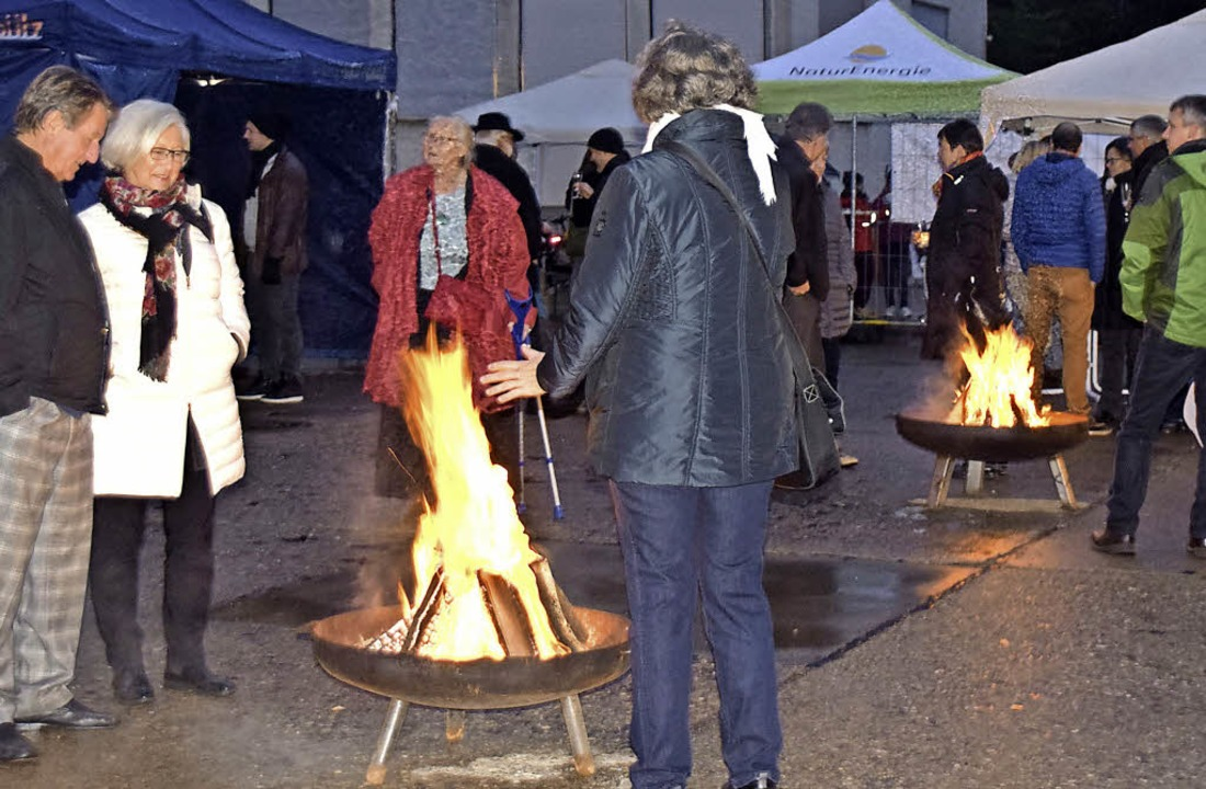 Draußen wärmten die Lagerfeuer.  | Foto: Sarah Nöltner