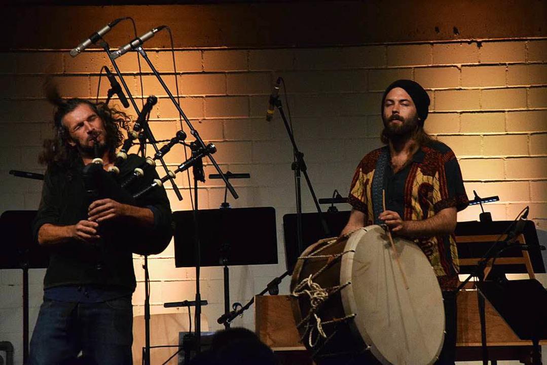 Drummer Frederik Rechsteiner und Thoma...ghaus am Dudelsack von der Band Marama  | Foto: Sarah Nöltner