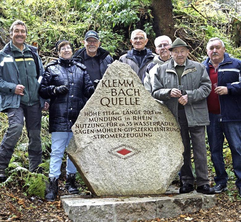 Mitten im Wald weihten Vertreter der S...ler den Klemmbachquellenfindling ein.   | Foto: Hartenstein