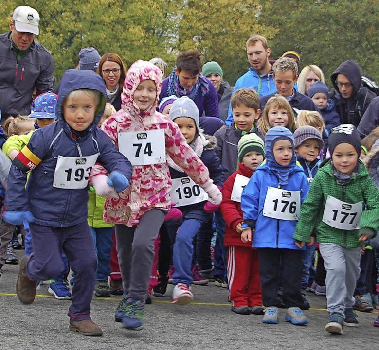 Einen Teilnehmerrekord gab es am Sonnt...Start,  sie alle rannten um die Wette.  | Foto: Petra Wunderle