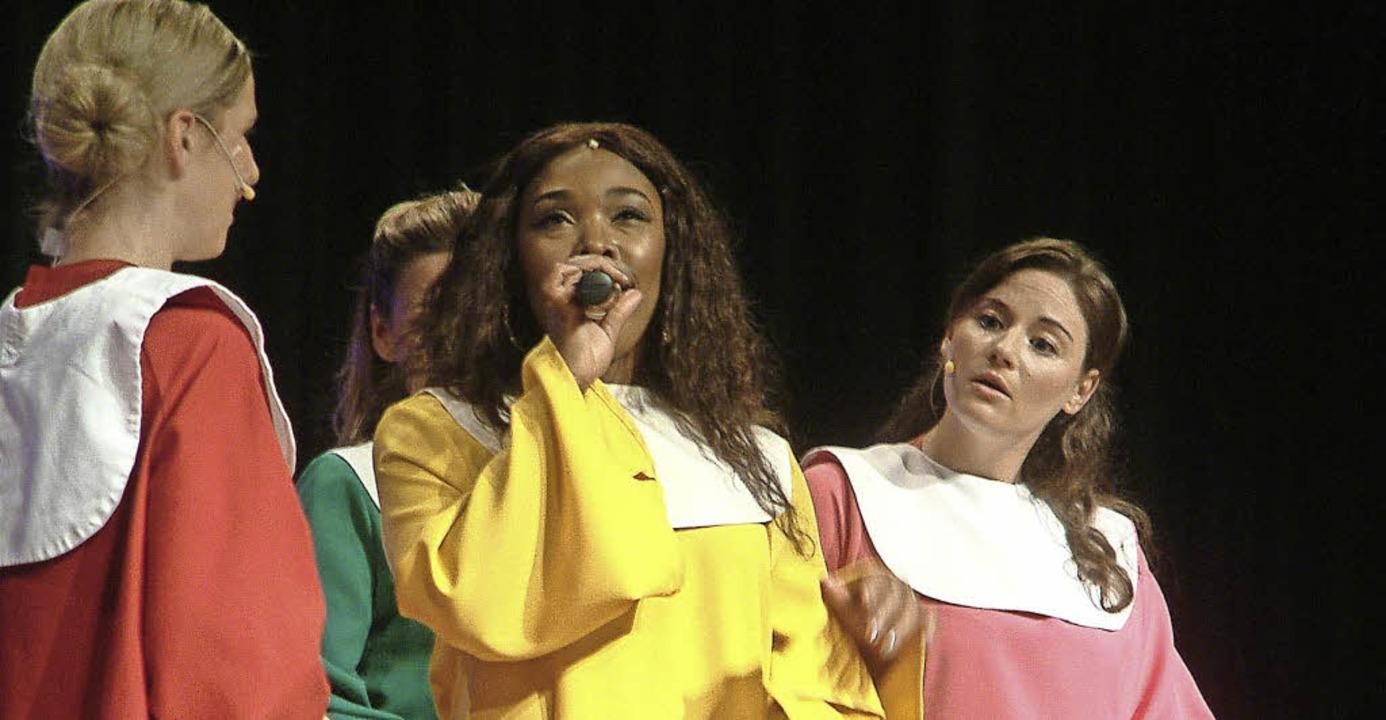 Donna und ihr Nonnenchor brachten in &...20; Gospel-Schwung in die  Stadthalle.  | Foto: Roswitha Frey