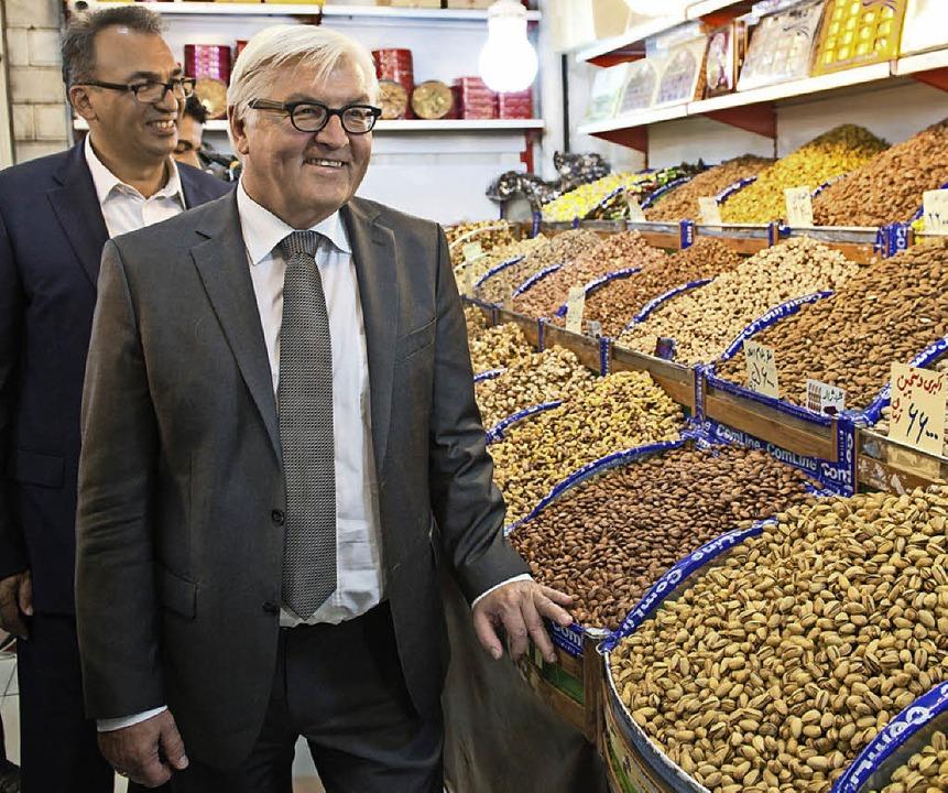 Außenminister Frank-Walter  Steinmeier besucht den Basar in Teheran.     Foto: DPA