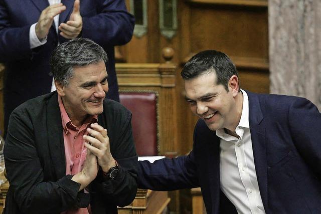 Tsipras bringt ein Sparpaket durchs Parlament