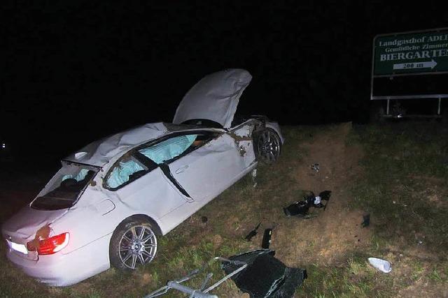 Betrunkener Autofahrer rast quer durch Kreisverkehr