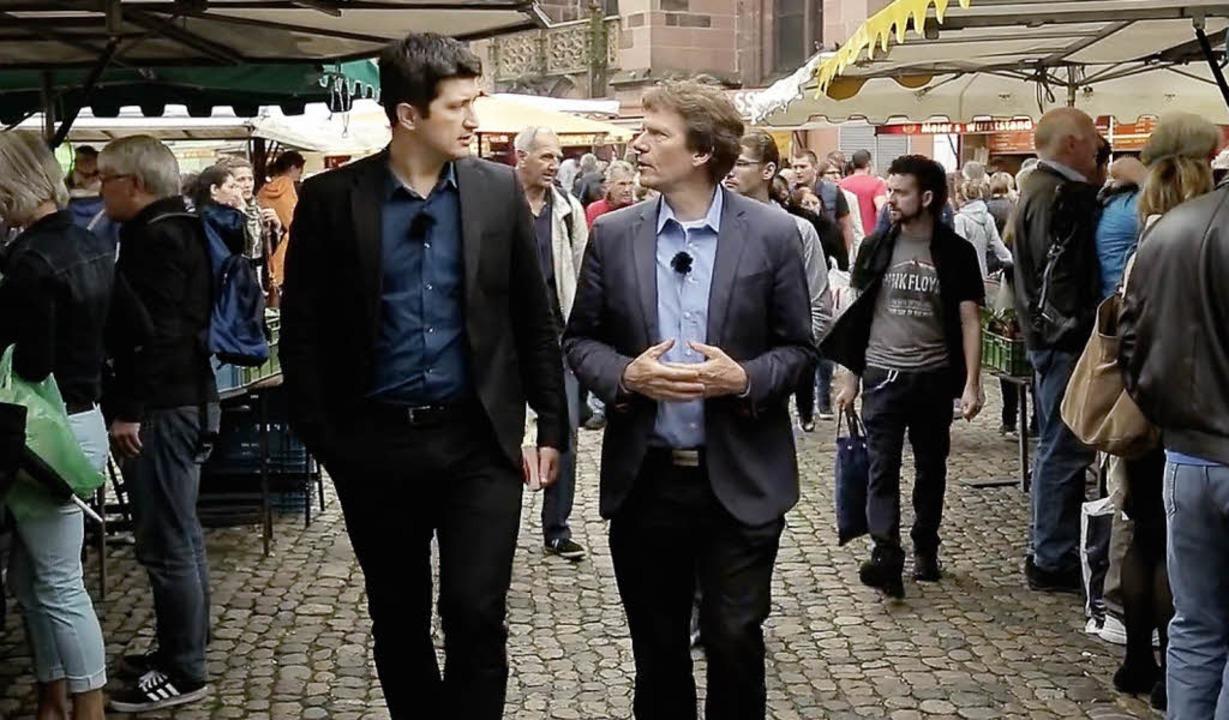Zlatko Valentic (links) und Hartmut Ro...eren auf dem Freiburger Münstermarkt.     Foto: Uni-TV