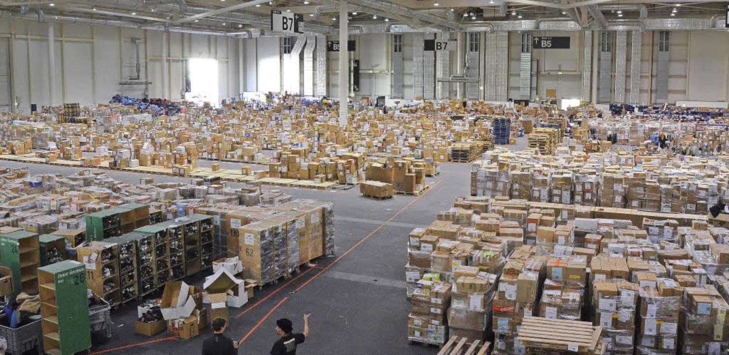 Gut sortiert – auf mehr als 7000...metern stapeln sich unzählige Kartons.  | Foto: Sina Gesell