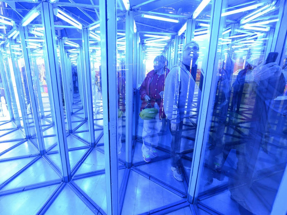 Wo geht's hier bloß raus? BZ-Leser im Spiegellabyrinth     Foto: Rita Eggstein