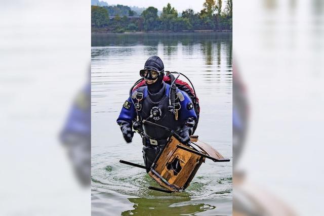Taucher säubern den See