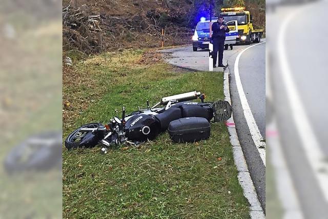 Motorradfahrer stürzt gegen die Böschung