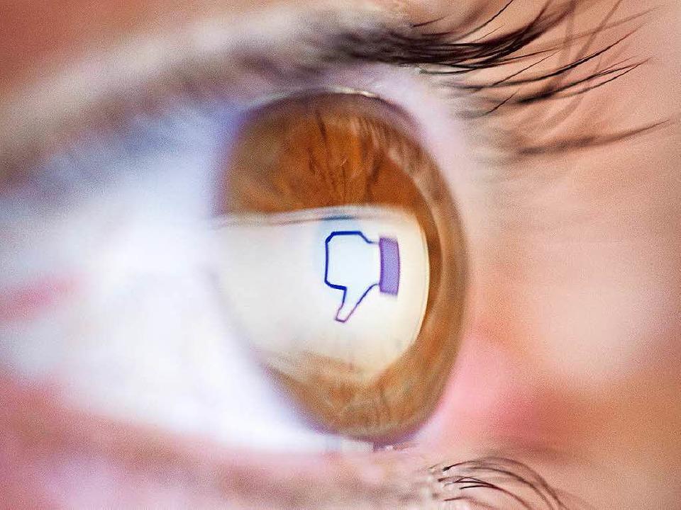 Daumen runter für Hass-Postings auf Facebook.  | Foto: dpa