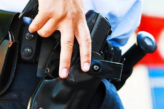 Falscher Polizist checkt bekifft und bewaffnet in Hotel ein