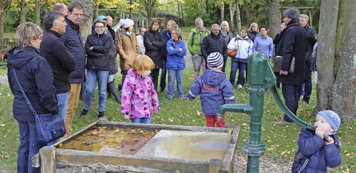 Was lässt sich aus dem Spielplatz an d...und  Gemeindevertreter sammeln Ideen.   | Foto: Mario Schöneberg