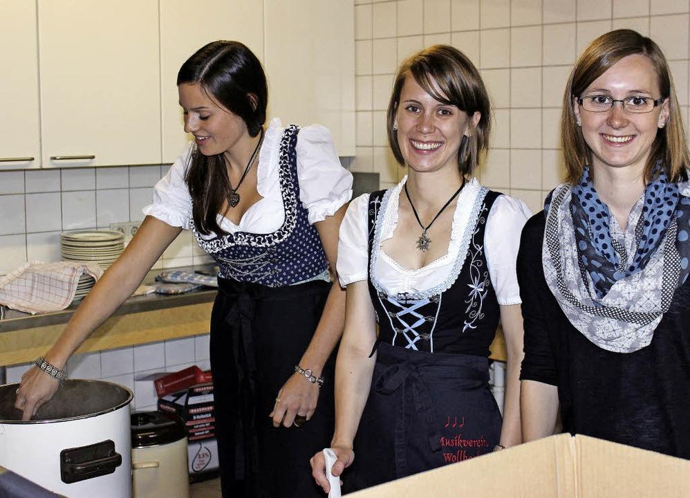 Bei der Ausgabe von Kesselfleisch und ...ut hatten die Helferinnen viel zu tun.  | Foto: Antje gessner