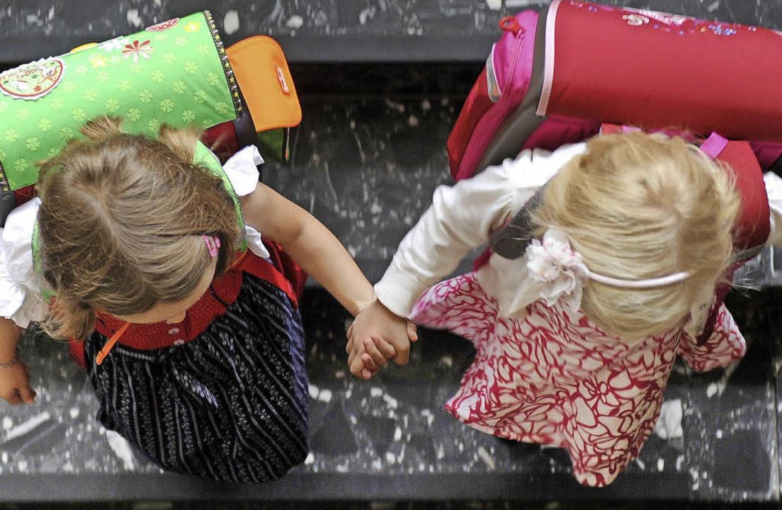 Hand in Hand geht es sich leichter in die Schule.   | Foto: DPA/Markus Donner