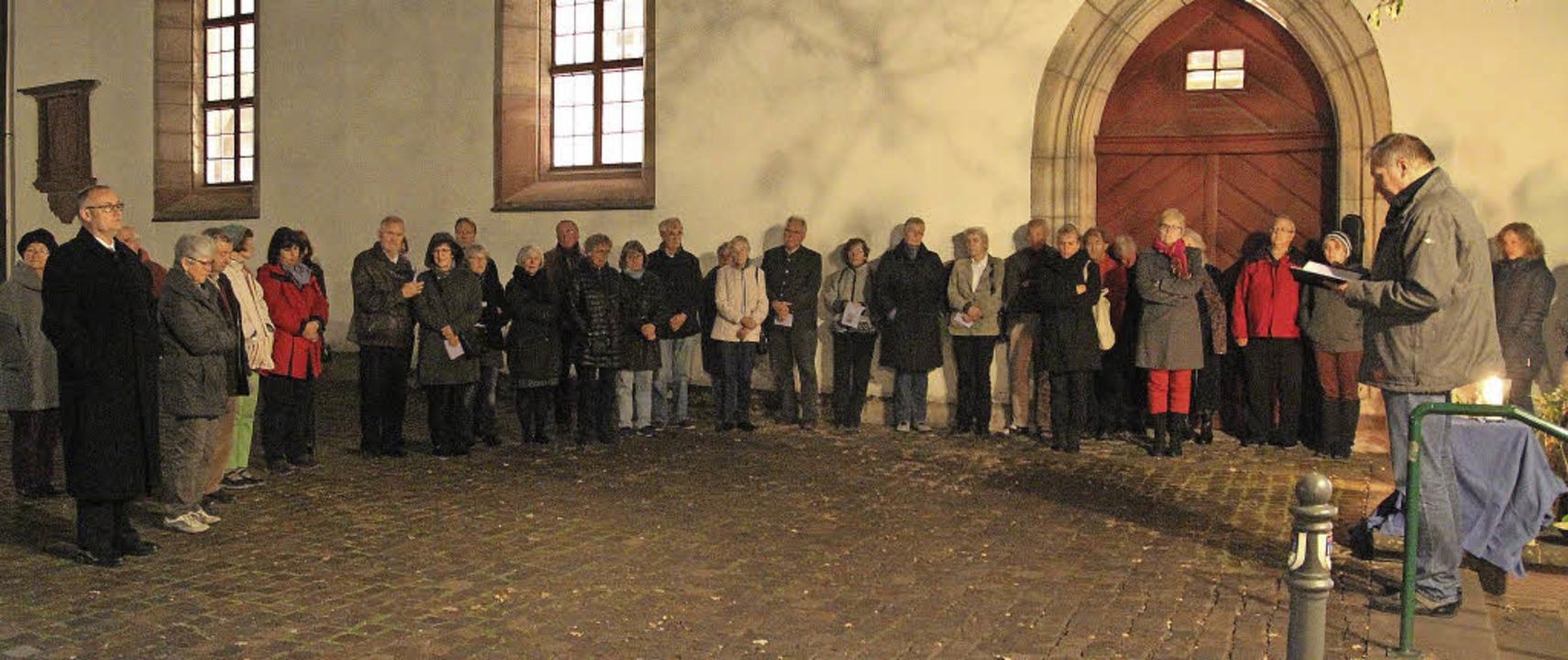 Eine Gedenkfeier  vor der Alten Kirche... ein ökumenischer Gottesdienst voran.     Foto: Anja Bertsch