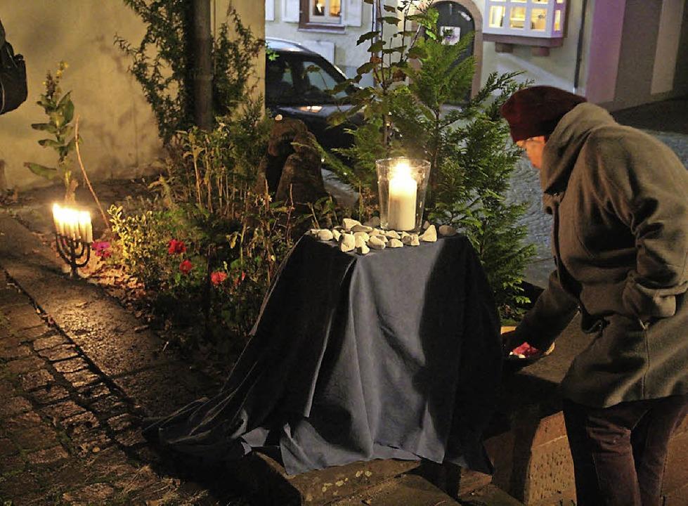 Am Mahnmal wurden Steinchen niedergelegt.    Foto: Anja Bertsch