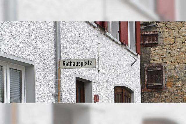 Rathausplatz-Schild wird noch geduldet