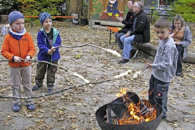 Kinder und Eltern begrüßen gemeinsam den Herbst