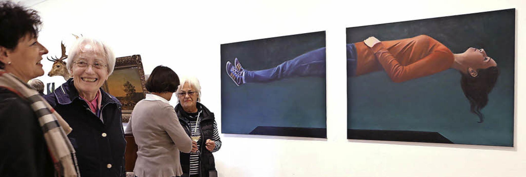 Maler sind auch Zauberer: Martin Sande...iptychon eine zersägte Frau schweben.   | Foto: Christoph Breithaut