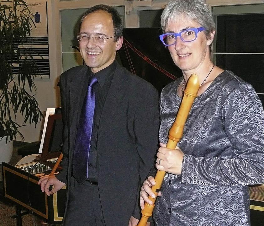 Alain Ebert (Cembalo) und Anette Däubl...ielten  im Gundelfinger Rathausfoyer.   | Foto: Annette Preuss