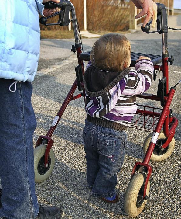 Wer als Fußgänger rollende Unterstützu..., auf denen es möglichst glatt läuft.   | Foto: Symbol-Foto:  Hildenbrand/DPA