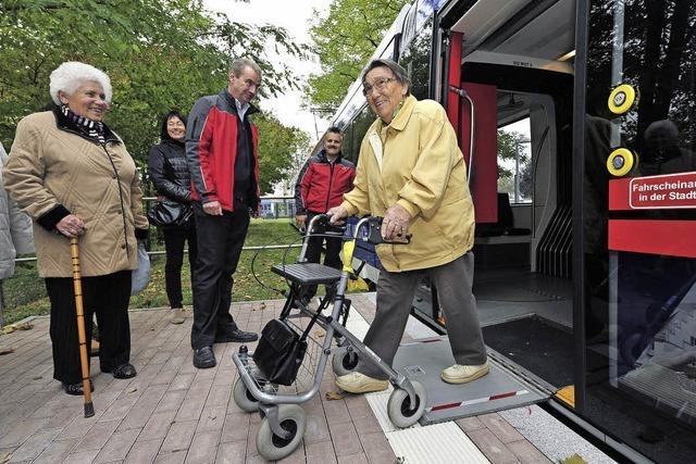 Senioren testen die neuen Urbos-Trams