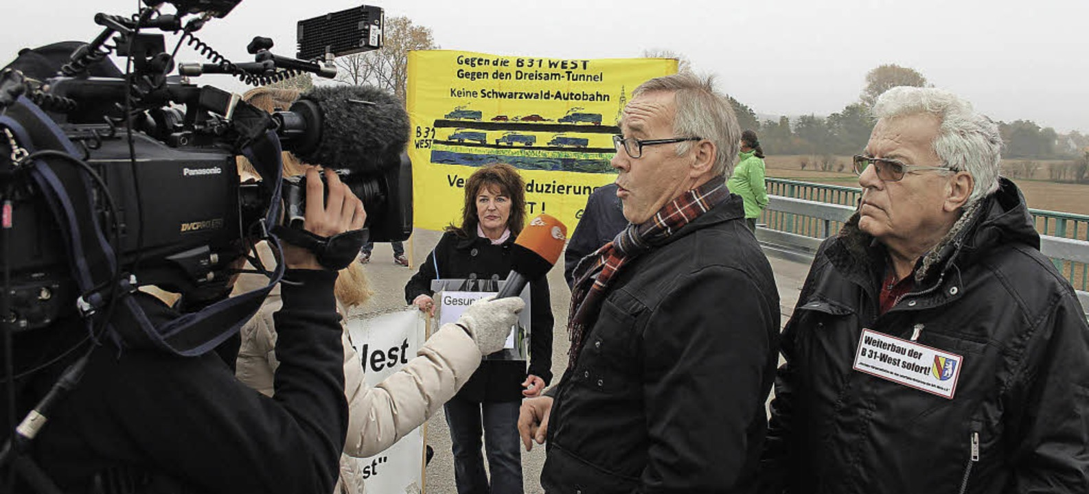 Befürworter und Gegner des weiteren Au...est äußern sich vor laufender Kamera.   | Foto: Horst David