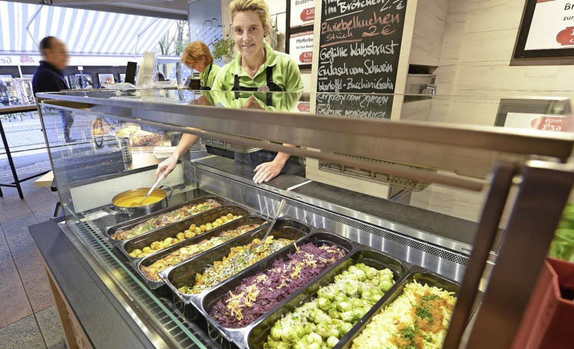 Salat und weitere pflanzliche Speisen ...uch für Vegetarier einiges zu bieten.   | Foto: Rita Eggstein