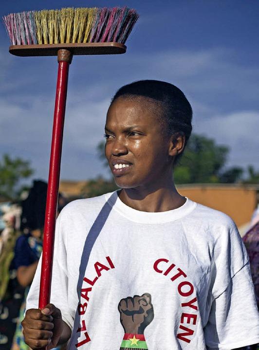 Besen sind das Symbol der Protestbewegung in Burkina Faso.  | Foto: Peter Disch