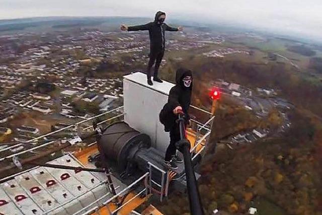 Adrenalin-Junkies klettern auf 244 Meter hohen Kran