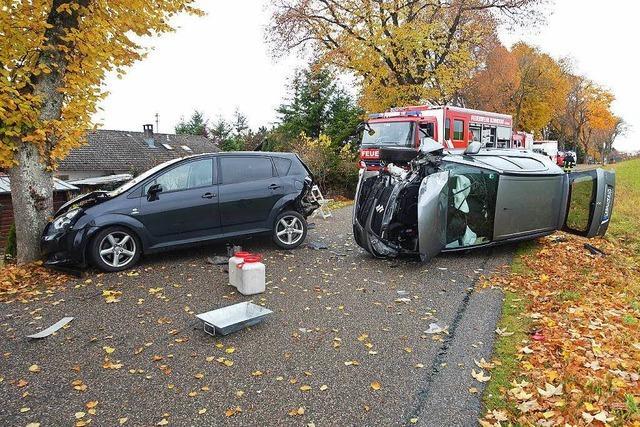 Pkw rammt geparktes Auto und kippt um