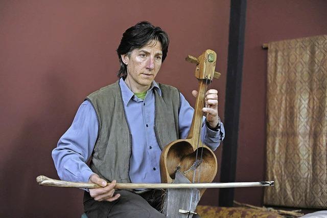 Norbert Michael mit Gesang und Instrumenten im Klangraum in Sulz